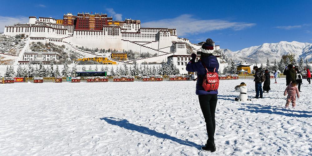 Lhasa, no sudoeste da China, tem primeira queda de neve do inverno