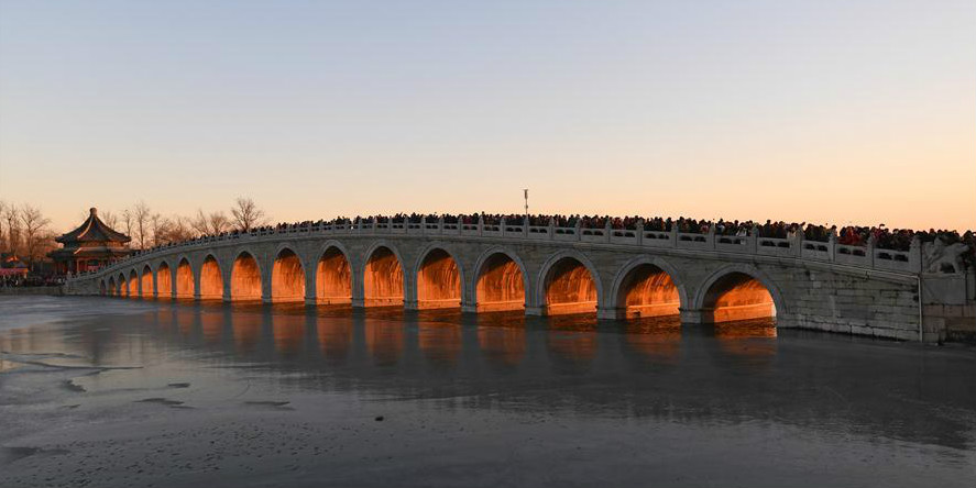 Paisagem do pôr do sol do Palácio de Verão em Beijing