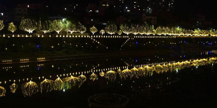 Decorações de luz nas ruas para saudar o Ano Novo no centro da China