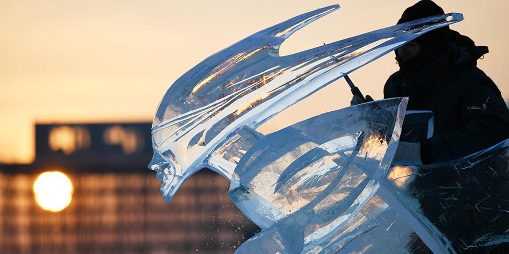 Partipantes fazem esculturas para a competição internacional de esculturas de gelo em Harbin