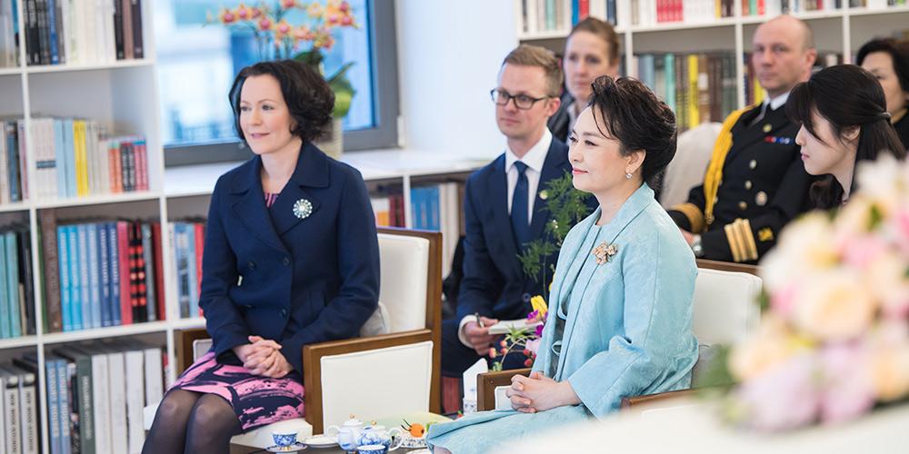 Peng Liyuan assiste a apresentação com primeira-dama finlandesa