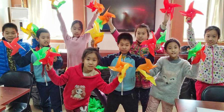 Crianças fazem cataventos de papel em centro comunitário de Beijing para comemorar o Festival da Primavera