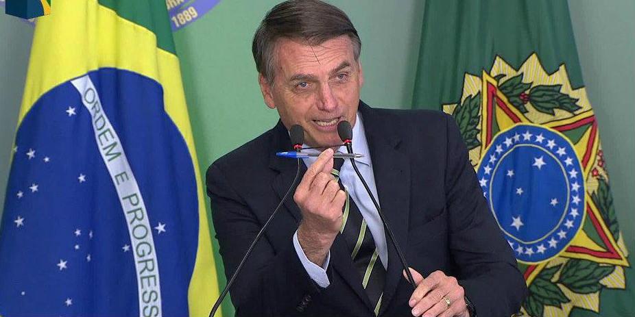 Presidente do Brasil assina decreto que facilita posse de armas