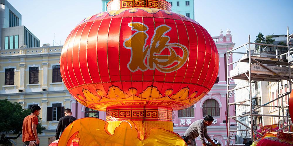 Lanternas decorativas instaladas em Macau para receber Ano Novo Chinês