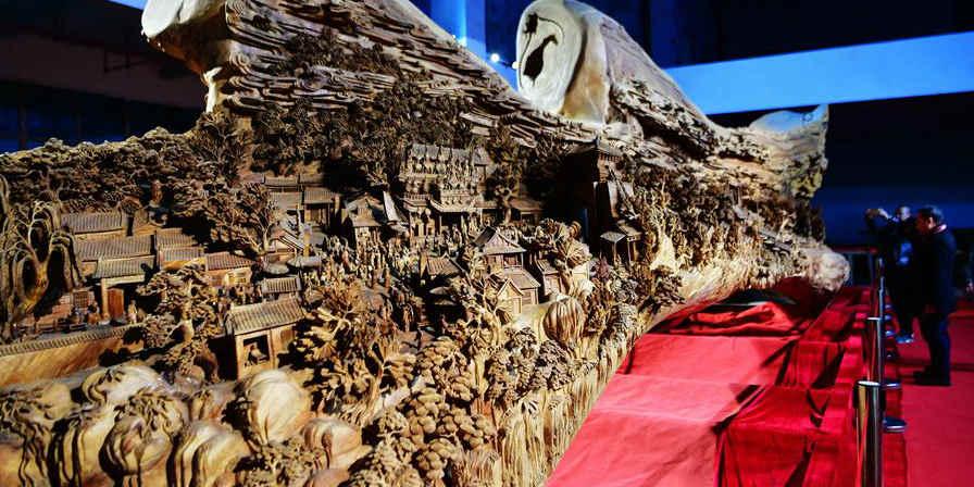 Gigante escultura em madeira de cânfora de famosa pintura antiga exibida em museu de Putian