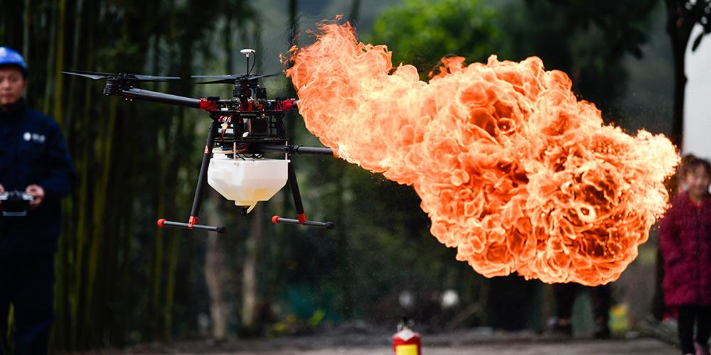 Companhia chinesa usa drone com lança-chamas para remover lixo de cabos de energia