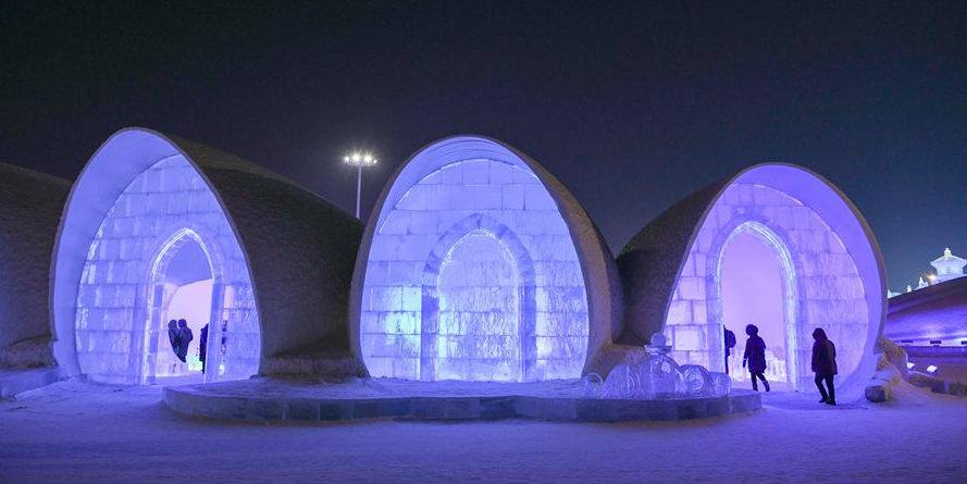 Pessoas visitam bar de gelo no Mundo de Gelo e Neve em Harbin