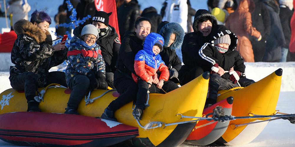 Turistas se divertem no Rio Songhua congelado em Harbin