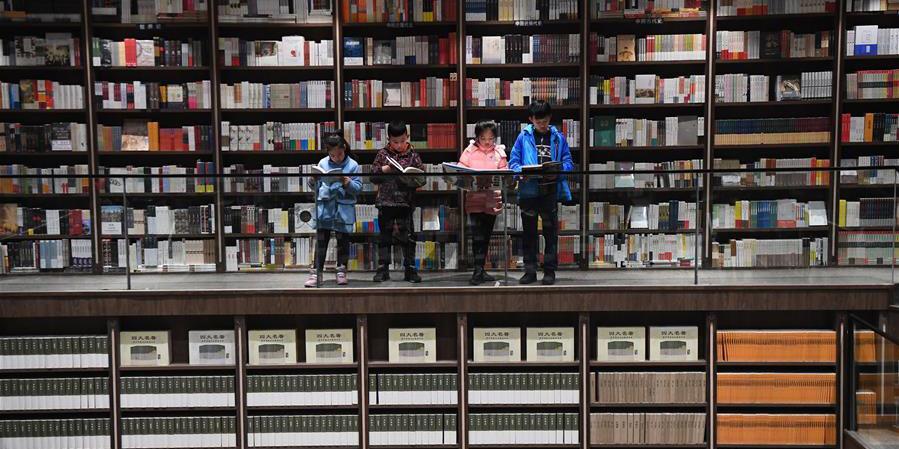 Fotos: Leitores leem em livraria de Chongqing, sudoeste da China