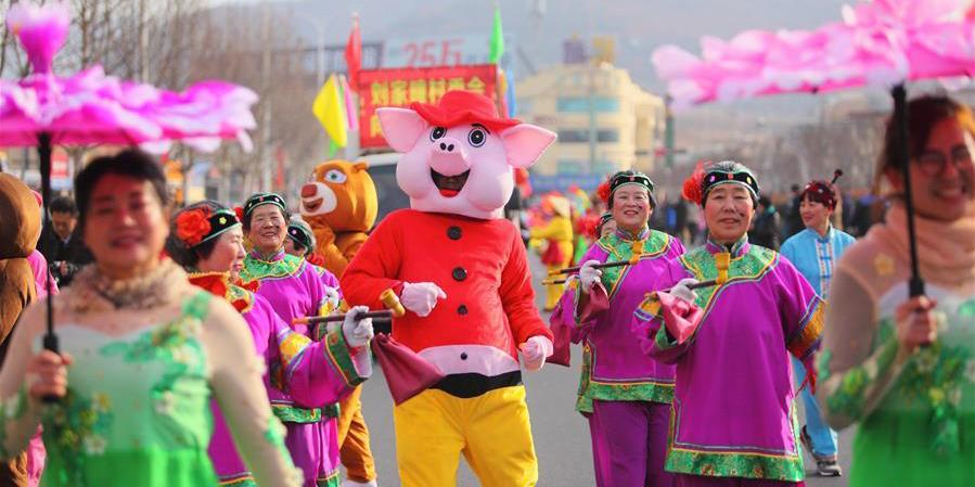 Aldeões celebram chegada do Festival da Primavera com dança folclórica em Shandong