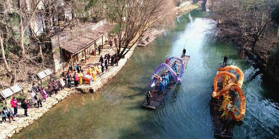 Aldeões apresentam dança do dragão em aldeia de Zhejiang