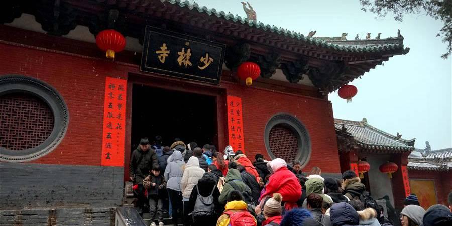 Turistas visitam Templo de Shaolin em Henan adurante o feriado do Festival da Primavera