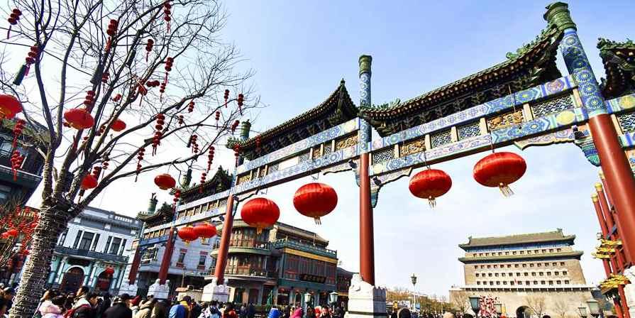 Turistas visitam rua Qianmen em Beijing durante o feriado do Festival da Primavera