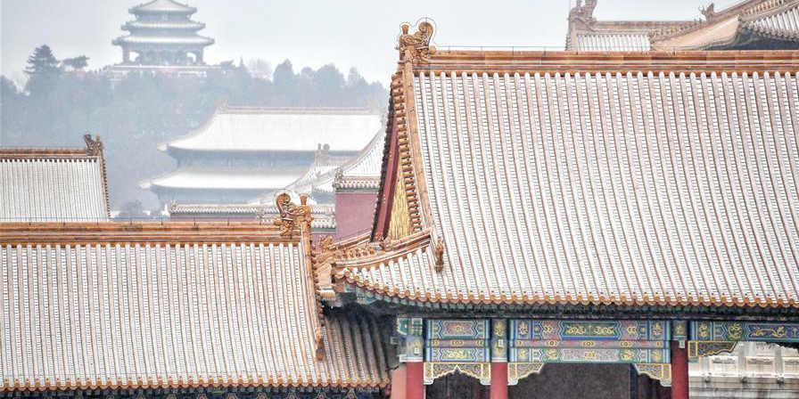 Visitantes observam paisagem de neve no Museu do Palácio em Beijing