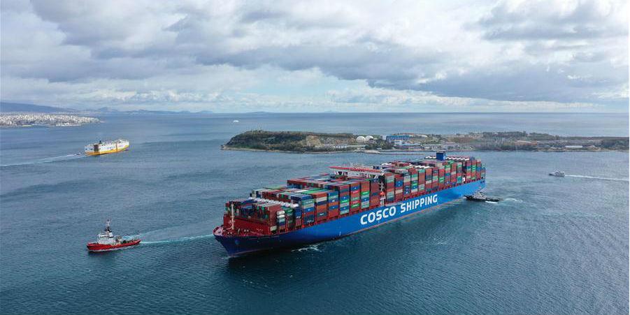Um dos maiores navios de contêineres do mundo atraca no Pireu da Grécia