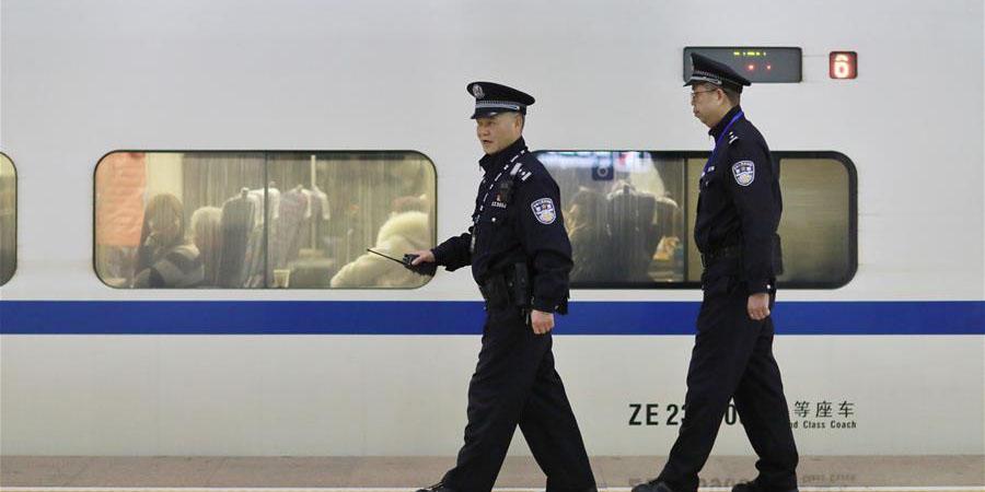 Policiais trabalham em estação ferroviária de Guizhou durante Festival da Primavera