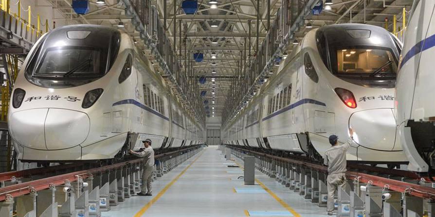 Mais de 170 mecânicos inspecionam trens-bala em estação de serviço de trens-bala em Urumqi, noroeste da China