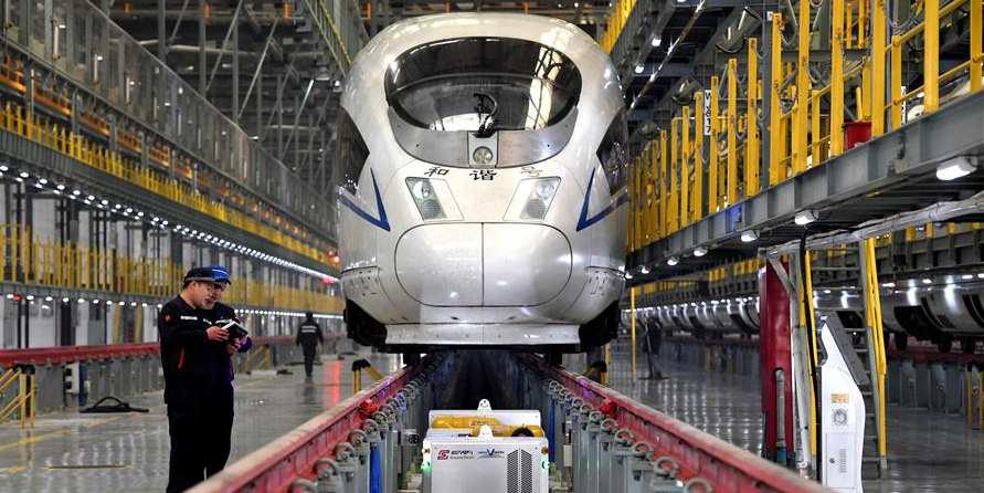 Robôs operam no sistema ferroviário da China durante corrida de viagens do Festival da Primavera