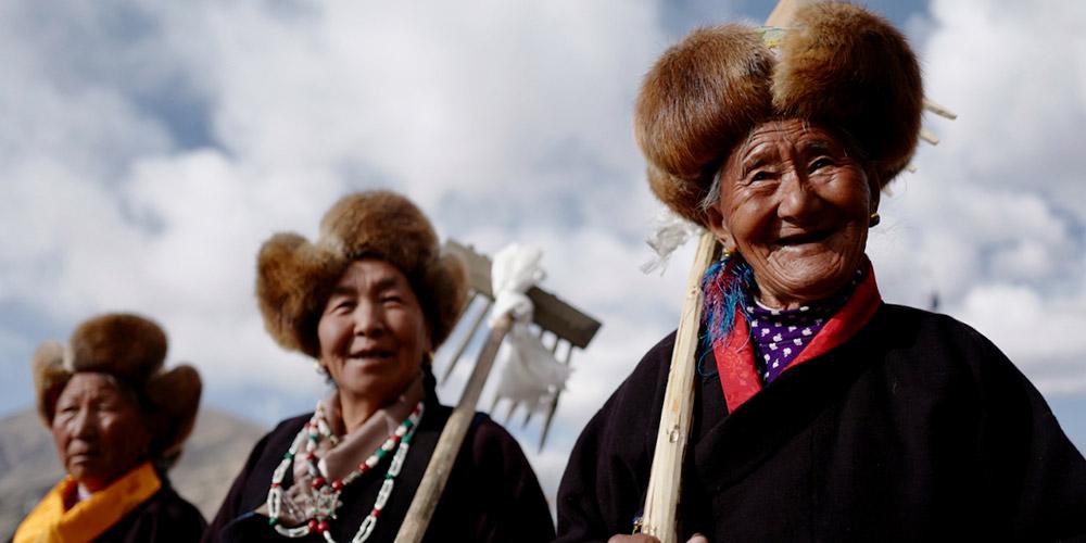 Agricultores realizam cerimônia para marcar início da temporada de aragem no Tibet, sudoeste da China