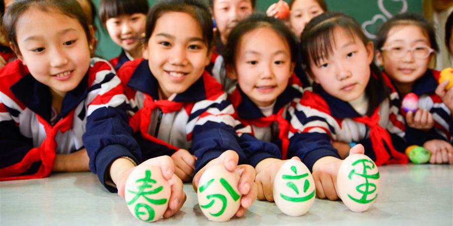 """Estudantes de Hebei participam do jogo do equilíbrio do ovo para comemorar o """"Chunfen"""""""