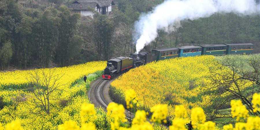 Antiga locomotiva a vapor em Sichuan proporciona viagem ao passado