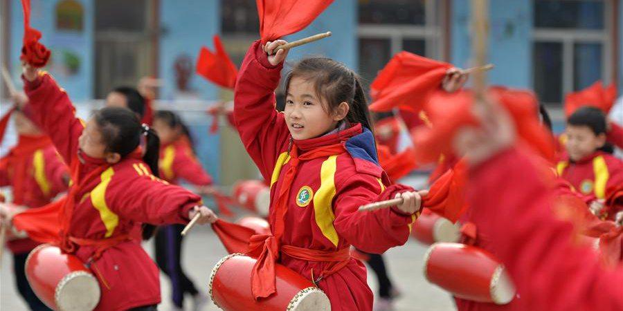 Estudantes praticam dança do tambor de cintura em Hebei