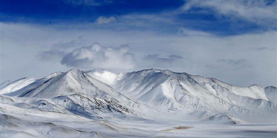 Platô Pamir coberto de neve na Região Autônoma Uigur de Xinjiang