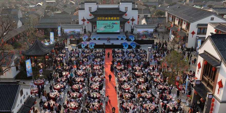 Pessoas participam de banquete preparado com pratos de Luosi em Jiangsu