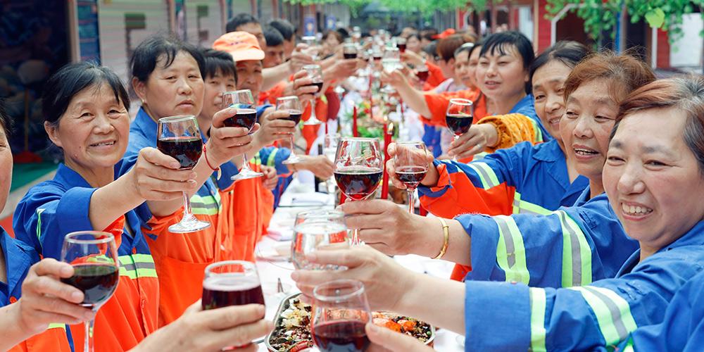 Trabalhadores chineses celebram Dia Internacional do Trabalho em Chongqing