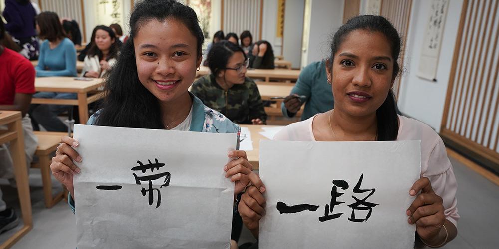 Jovens representantes e estudantes estrangeiros realizam intercâmbio cultural em Nanjing