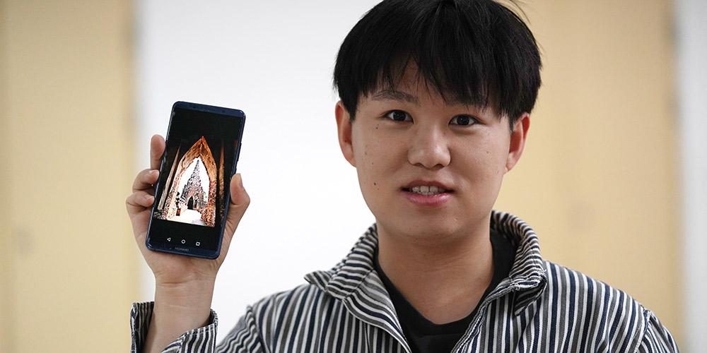 Estudante de origem chinesa e tailandesa apresenta a China a seus familiares na Taillândia