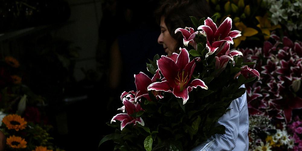 Brasileiros presenteiam mães com flores no Dia das Mães