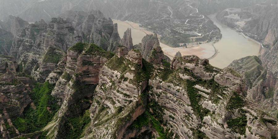 Floresta de pedra no relevo de Danxia em Gansu, noroeste da China