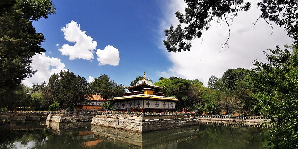 Cenário de Norbu Lingka no Tibet, sudoeste da China