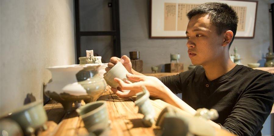 Jovem artesão se concentra na replicação de queimadores de incenso celadon clássicos em Zhejiang