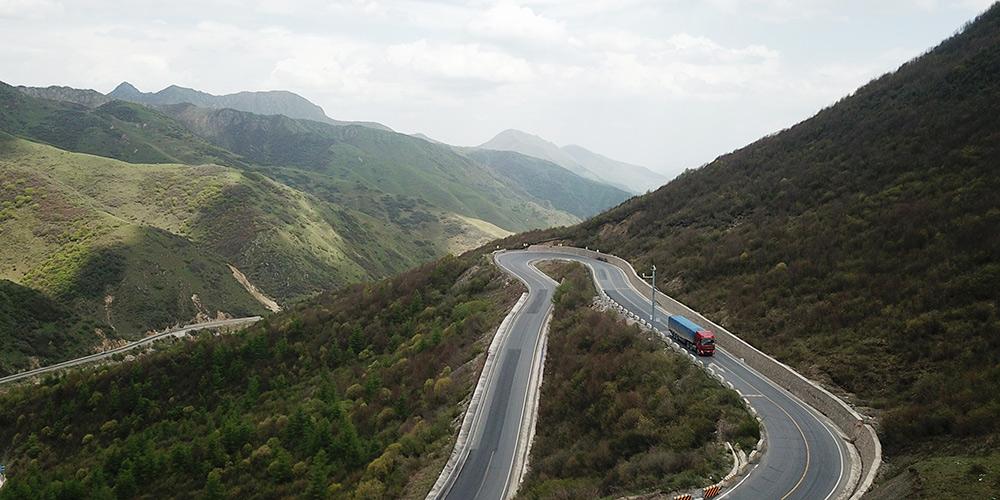 Fotos: estrada nacional 212 no limite dos distritos de Zhangxian e Weiyuan em Gansui