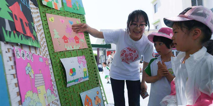 Crianças fazem artesanato em jardim de infância de Zhejiang
