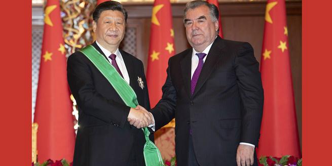 Xi recebe Ordem da Coroa desde presidente tadjique Rahmon