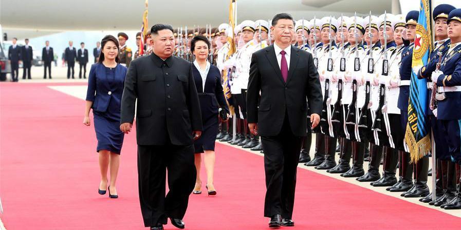 Xi chega à RPDC para visita de Estado com grande acolhimento