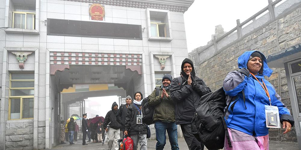 Primeiro grupo de peregrinos oficialmente organizados da Índia em 2019 chegam à passagem Nathu La no Tibet, sudoeste da China