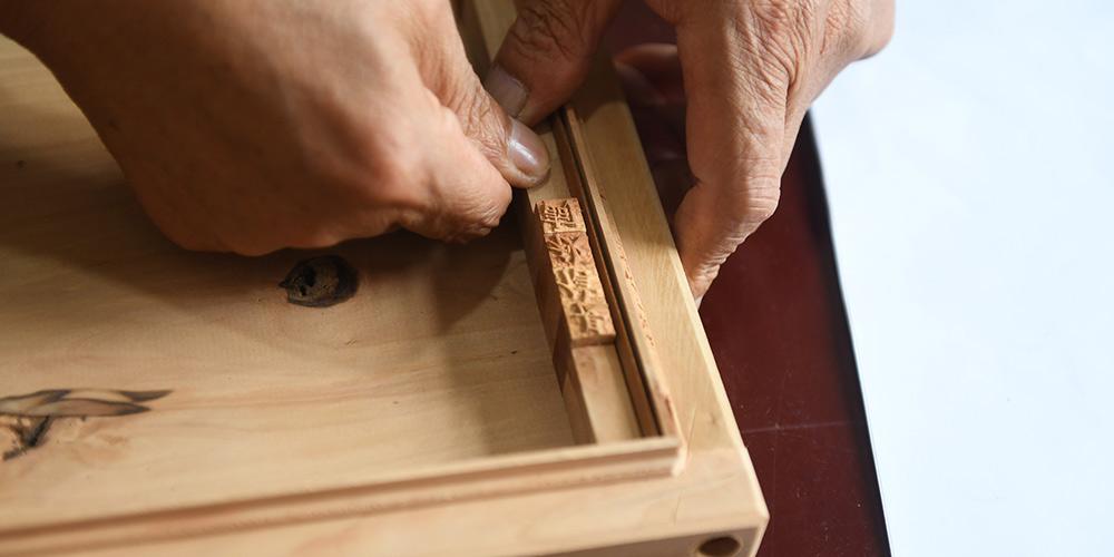 Herdeiro de impressão de xilogravura em Yangzhou dedica vida para manter tradição viva