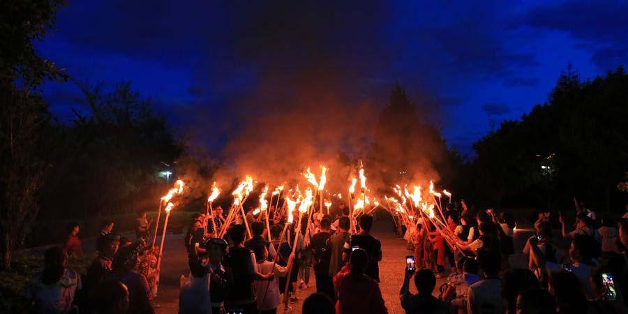 Gala de fogueira realizada para celebrar o solstício de verão em Yunnan, sudoeste da China
