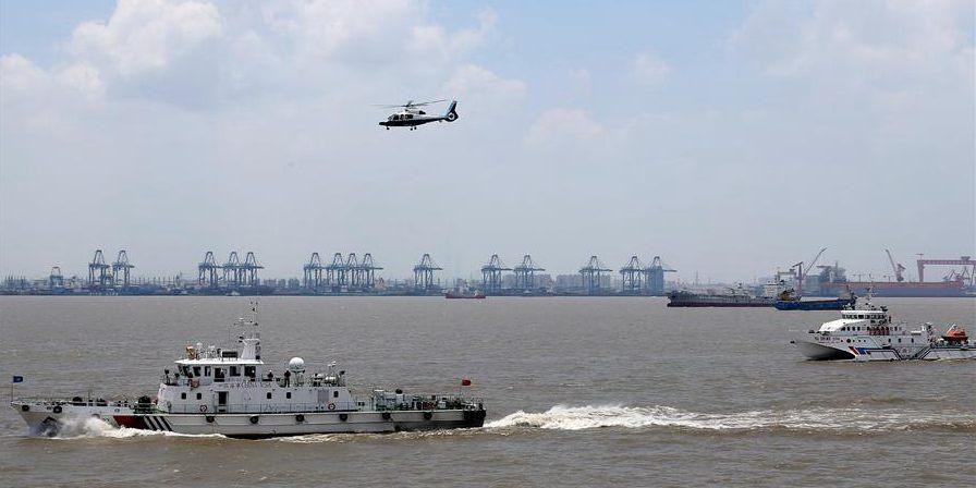 Exercício de resgate de emergência realizado perto do porto de Wusongkou em Shanghai