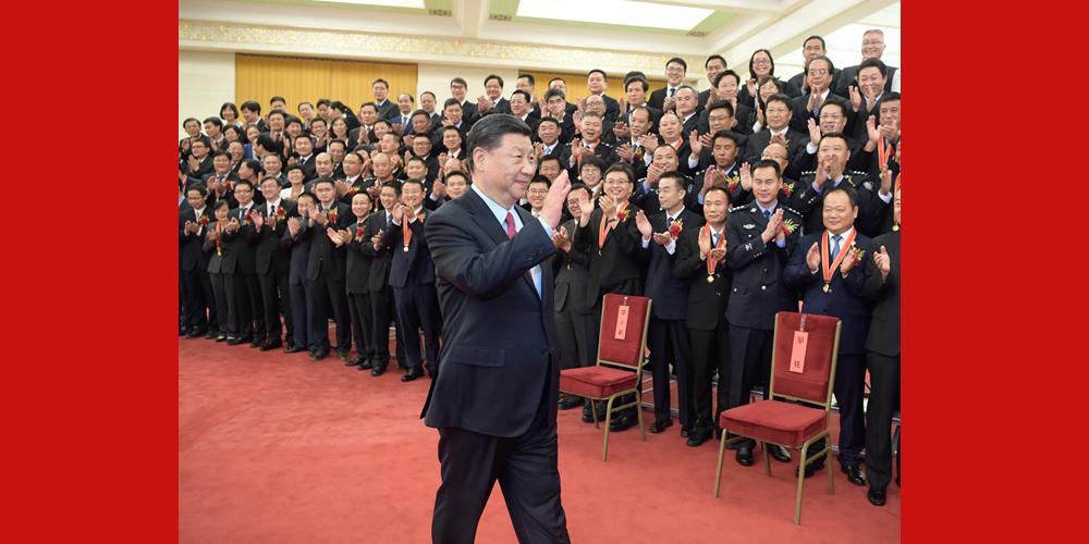 Xi Jinping se encontra com funcionários públicos exemplares