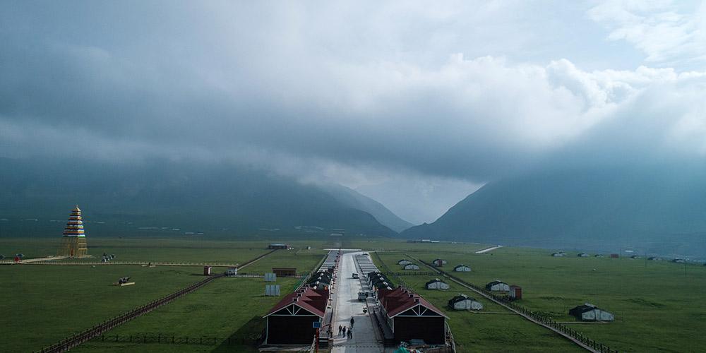Clima de planalto atrai turistas para visitar estâncias durante o verão em Qinghai