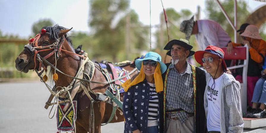 Turistas visitam aldeia do povo Lop Nur em Xinjiang, noroeste da China