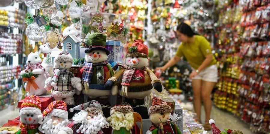 Alta temporada de produção e venda de artigos natalinos na cidade de Yiwu em Zhejiang