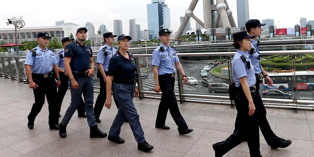 Policiais chineses e italianos realizam patrulha conjunta em Shanghai