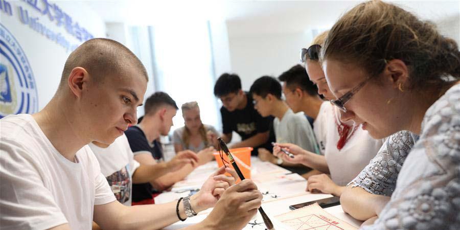 Estudantes bielorrussos aprendem sobre cultura chinesa em acampamento de verão em Dalian