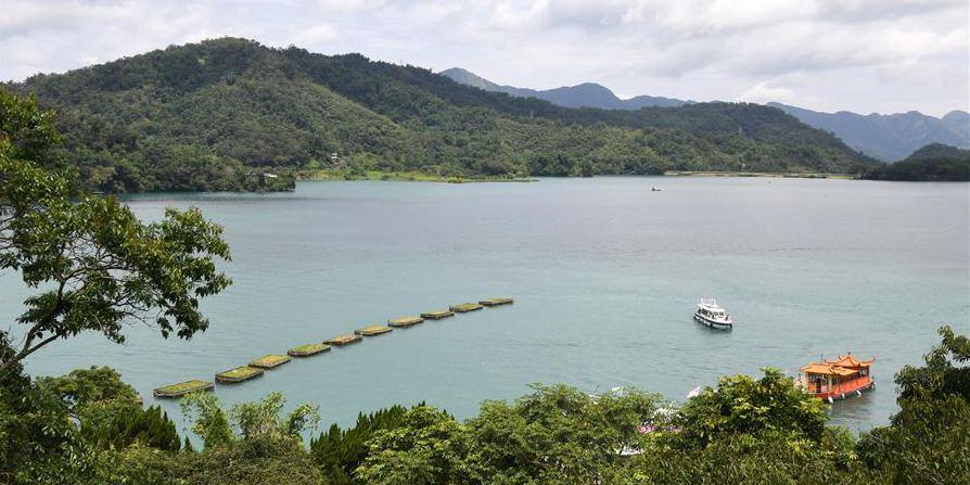 Turistas visitam ponto turístico de Riyue Tan em Taiwan, sudeste da China